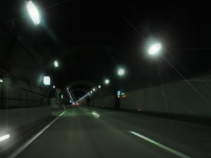 進入直後のトンネル内は真っ暗に見える